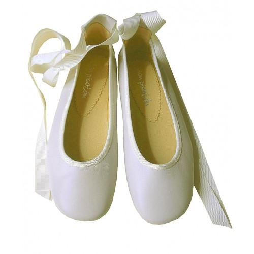 Bailarinas con cintas blanco roto.