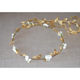 Corona fina oro minirosas blancas.