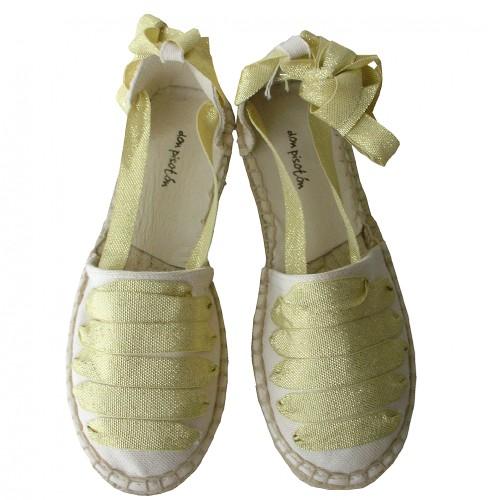 Alpargatas marfil con cintas oro.