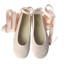 Bailarina cintas ante crema.